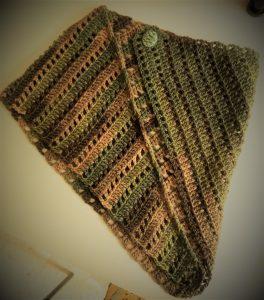 sciarpa collo spalla, si piega secondo fantasia. si fissa con un bottone nel punto che si desidera.pura lana, crochet. realizzata a mano.